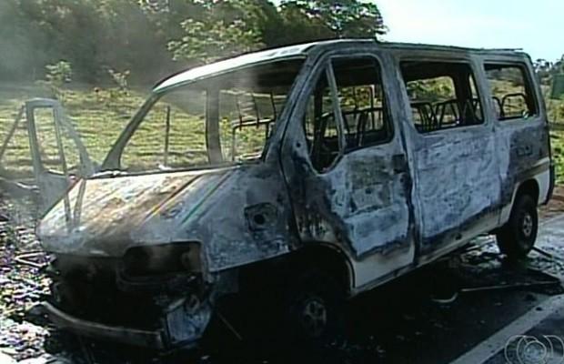 Van com 15 passageiros pega fogo em rodovia de Catalão, Goiás; assista (Foto: Reprodução/TV Anhanguera)