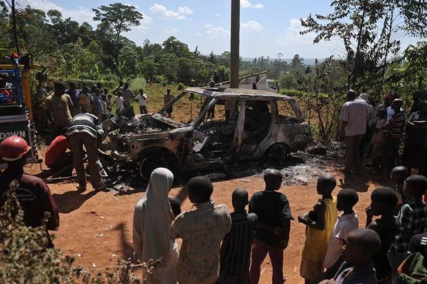 Moradores cercam carro do candidato Justus Kizito Mugali, que teria sido atacado por correligionários de rivais em Kakamega (Foto: AFP)