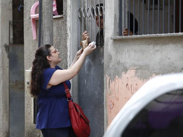 Por Gustavo, Bia entrega seu dinheiro aos bandidos (Foto: Raphael Dias/ Gshow)