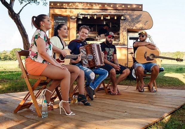 Michel Teló encontra Maiara e Maraisa e Henrique e Juliano com a Kombi Bem Sertaneja (Foto: Deivid Correia/Globo)