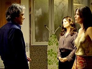 Alexia flagra o marido na casa de Verônica (Foto: Avenida Brasil / TV Globo)