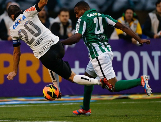 Lance entre Danilo e Luccas Claro foi muito discutido na partida do primeiro turno (Foto: Leandro Martins / Ag. Estado)