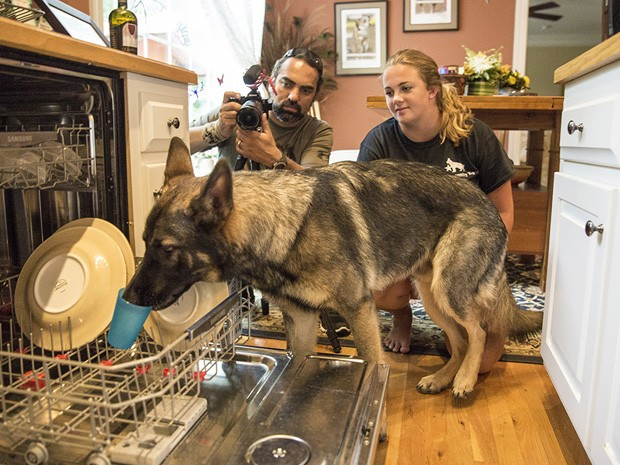 Baron arruma a louça para ajudar a dona Linda Gonzales (Foto: Divulgação)
