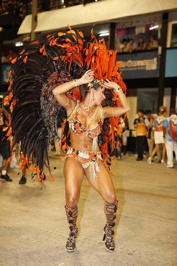 Lucilene Caetano desfila pela Inocentes de Belford Roxo na Sapucaí (Foto: Marcos Serra Lima / EGO)