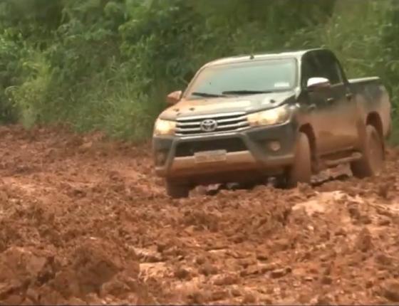 Carro tenta cruzar trecho de rodovia federal BR-163 (Foto: Reprodução/ Youtube)