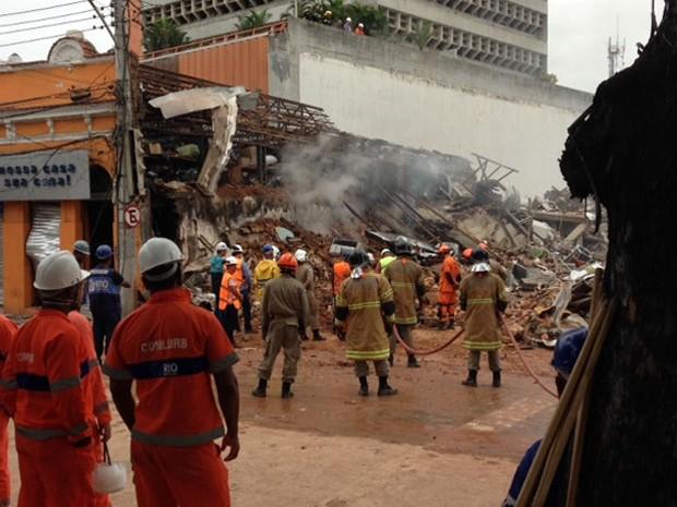 Bombeiros ainda trabalham em São Cristóvão (Foto: Káthia Mello / G1)