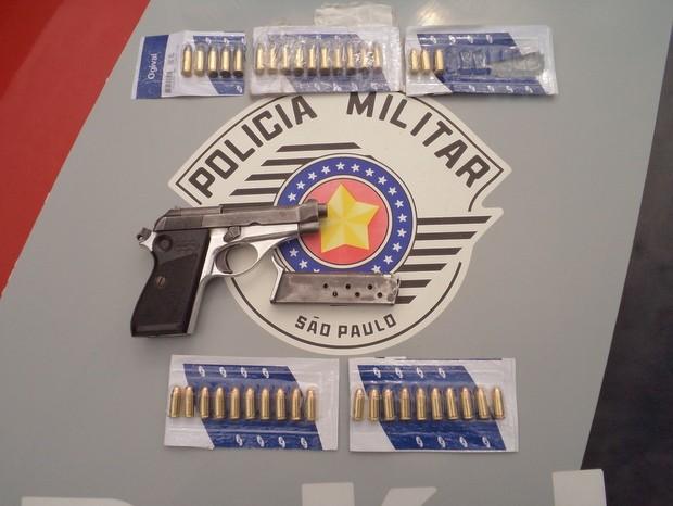 Pistola e munições foram localizadas pela PM em Piracicaba (Foto: Soldado Campos/Polícia Militar)