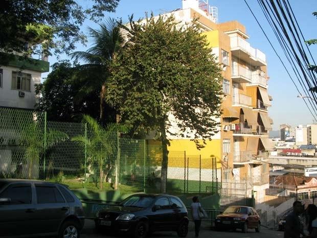 Depois do assassinato do filho, Maria Selma passou a dormir na cobertura do prédio em frente à casa, que também pertence  à família Santos. (Foto: Alba Valéria Mendonça / G1)