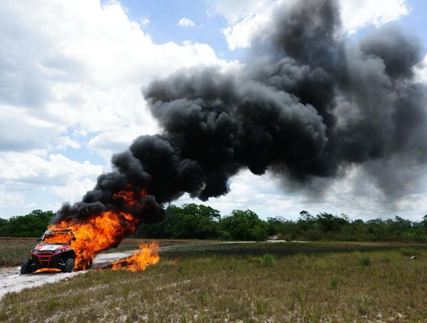 UTV de Robert Nahas pega fogo após abastecimento de gasolina mal feito (Foto: Marcelo Maragni / Fotoarena)