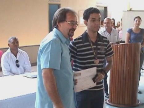 Aluno recebe medalha e certificado da Olimpíada Brasileira de Matemática (Foto: Bom Dia Amazônia)