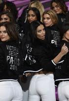 Alessandra Ambrósio e Adriana Lima posam com outras angels em Paris