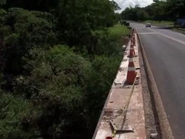 Cerca de 40 metros de extensão da ponte ficaram destruídos (Foto: Reprodução/TV TEM)