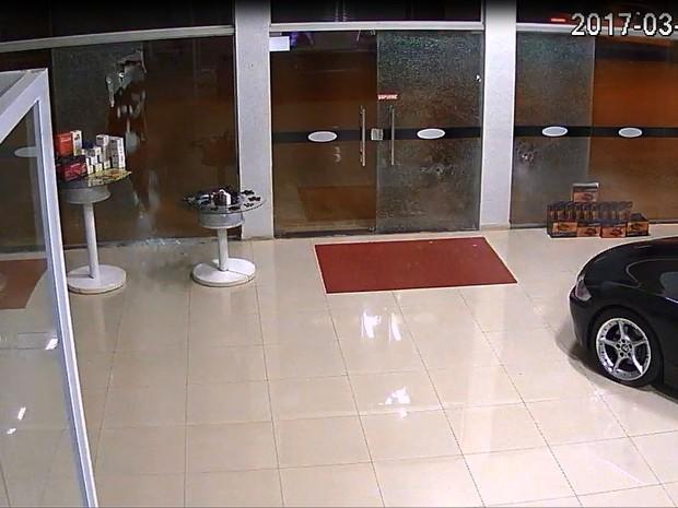 Flagrante foi feito por câmeras de segurança do local (Foto: Reprodução)