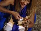 De roupa curta, ex-BBB Adriana ensina a comer coco