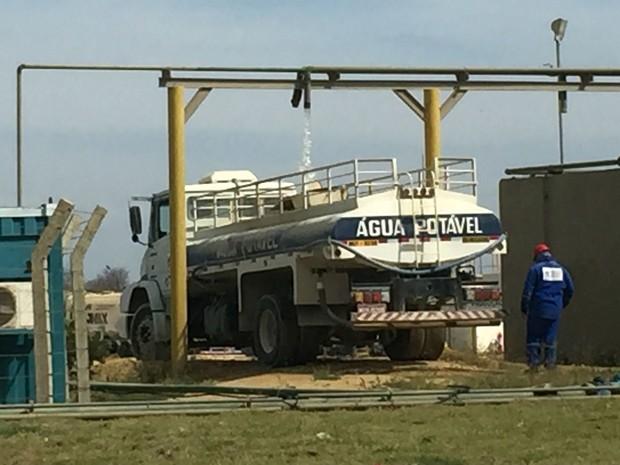 Carro-ípa alugado pela fábrica abastece comunidade rural no RN (Foto: Divulgação)