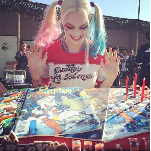 A atriz Margot Robbie vestida como a vilã Arlequina (Foto: Instagram)