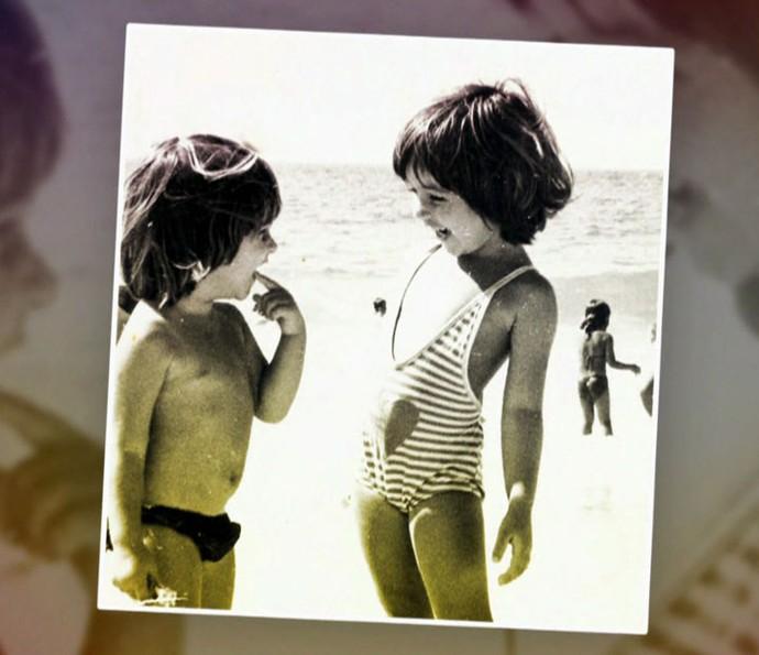 Ingrid Guimarães e a irmã Astrid na praia quando eram pequeninas (Foto: TV Globo)