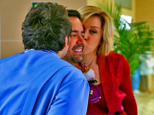 Conrado e Claudia dão beijo em Daniel (Foto: Alto Astral/ TV Globo)