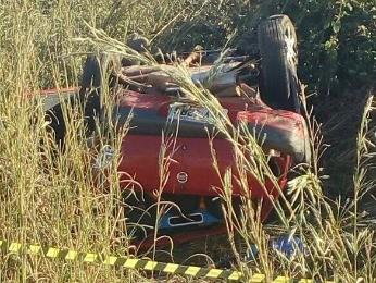 Carro capotou às margens da rodovia e os cinco ocupantes foram arremessados. (Foto: Assessoria/ Polícia Civil-MT)
