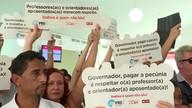 Professores fazem protesto para cobrar benefício de aposentados