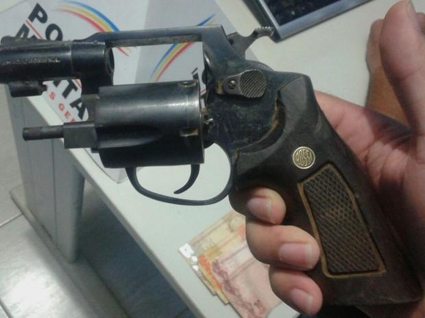 Arma calibre 38 foi encontrada próximo ao corpo encontrado em Indaiabira  (Foto: Divulgação/Polícia Militar)