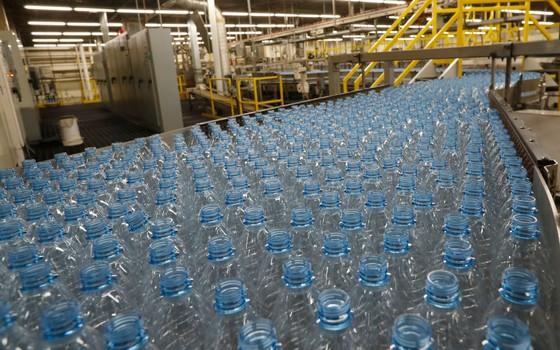 Garrafas plásticas em linha de produção em fábrica nos Estados Unidos (Foto: George Frey/Getty Images)