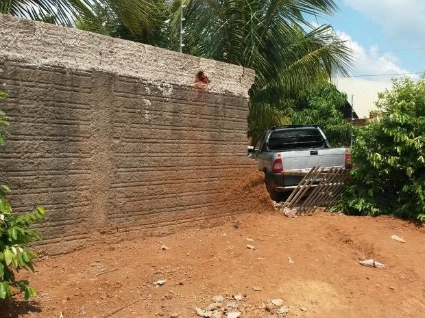 Veículo invadiu terreno após motorista perder o controle da direção (Foto: Eliete Marques/G1)
