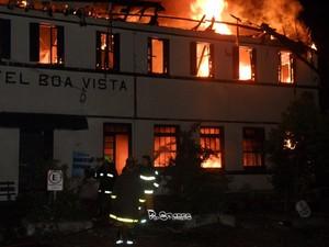 Bombeiros demoraram mais de 2h para controlar incêndio em hotel no RS (Foto: Rodrigo Soares/Rádio Ibirubá)