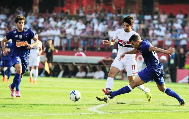 São Paulo x Cruzeiro - Pato disputa jogada (Foto: Marcos Ribolli)