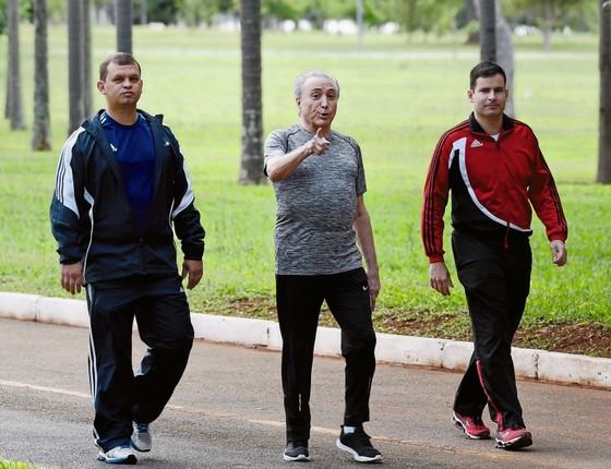 Temer caminha no Palácio do Jaburu no dia 4 de janeiro.Ele pode responder por escrito aos questionamentos da PF (Foto: EVARISTO SA/AFP)