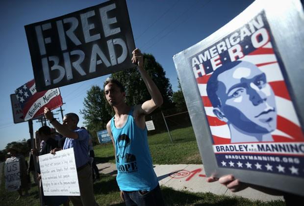 Manifestantes protestam pela liberdade de Bradley Manning na corte onde ele era julgado nesta terça-feira (30) (Foto: Gary Cameron/Reuters)