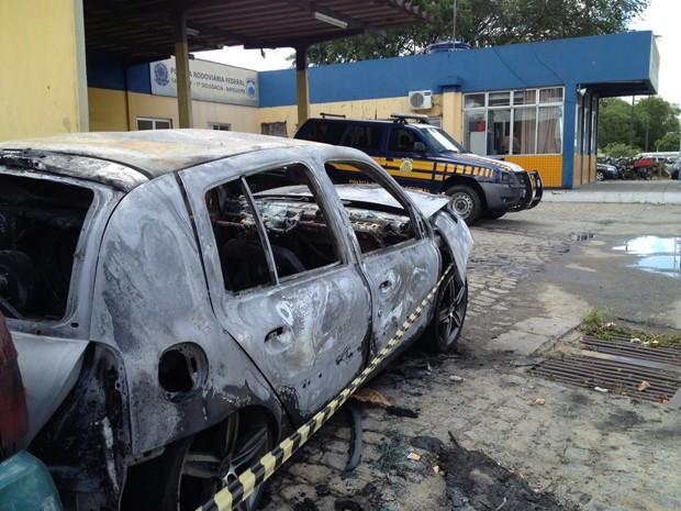 Veículo estava ao lado do posto da Polícia Rodoviária Federal quando o fogo iniciou (Foto: Walter Paparazzo/G1)