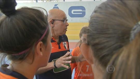 """Pai"" de 36 meninas, técnico de futsal comanda projeto no Rio Grande do Sul"