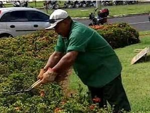 Um dos cargos disponíveis é para jardineiro (Foto: Reprodução/TV Integração)