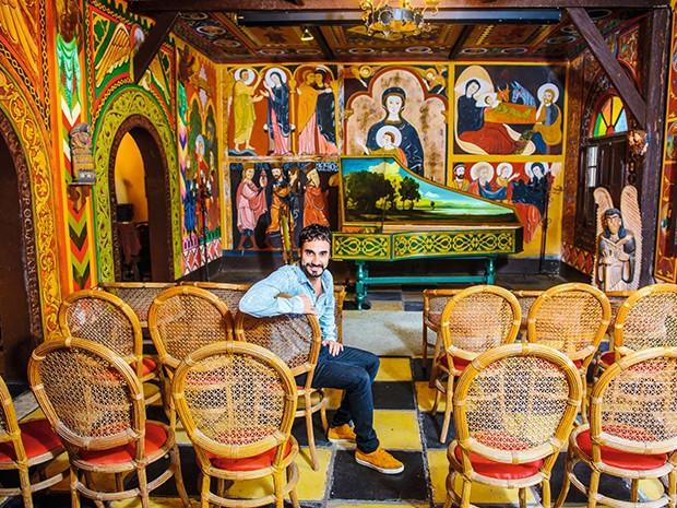 Coloridíssimos, o cravo e o interior da Capela Magdalena foram construídos e pintados pelo maestro Roberto de Regina  (Foto: .)