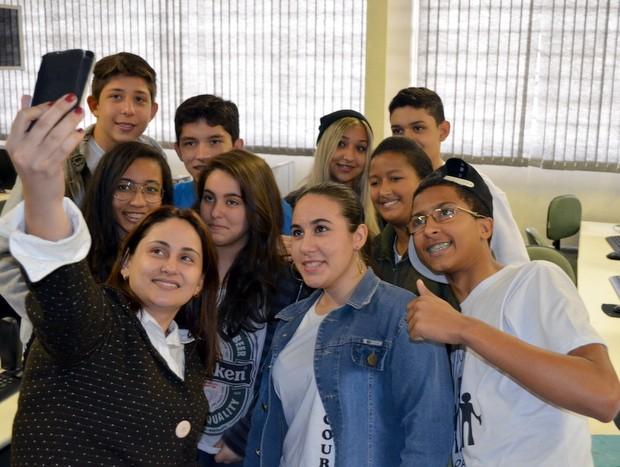 Diretora faz selfie com alunos da escola Jorge Cury em Piracicaba (Foto: Fernanda Zanetti/G1 Piracicaba)