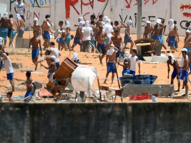 Presos de facções rivais entram em confronto na Penitenciária de Alcaçúz, no RN, nesta quinta (19) (Foto: Andressa Anholete/AFP)