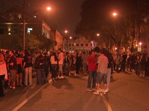 Vítimas foram esfaqueadas na Praça Eufrásio Corrêa, fora do evento (Foto: Reprodução/ RPC TV)