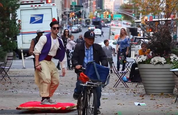 Jesse Wellens virou 'Aladdin' ao andar de tapete voador em Nova York (EUA) (Foto: Reprodução/YouTube/PrankvsPrank)