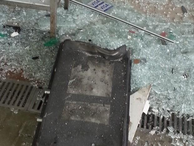 Peça do caixa eletrônico ficou no chão depois de explosão (Foto: Lenina Velloso/TV Diário)