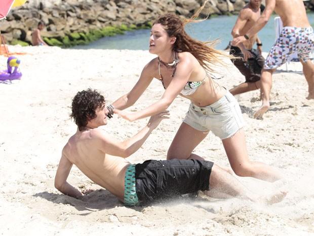 Valentina empurra Dinho de propósito e cai em cima do garoto (Foto: Malhação / Tv Globo)