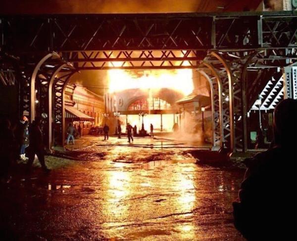 O fogo que destruiu o set do filme protagonizado por Hugh Jackman e Zac Efron (Foto: Twitter)