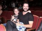 Murilo Benício leva o filho ao teatro no Rio