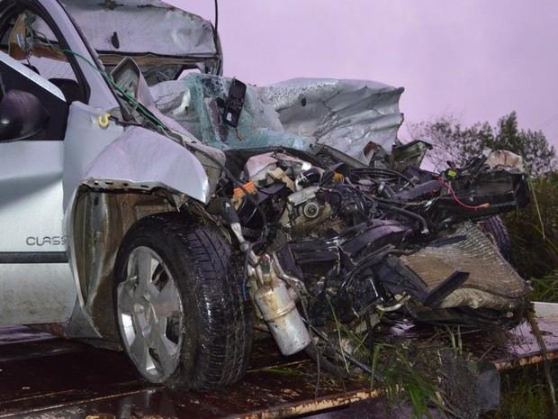 Carro bateu de frente com caminhão (Foto: Stéphanie Piava/Ligado no Sul)