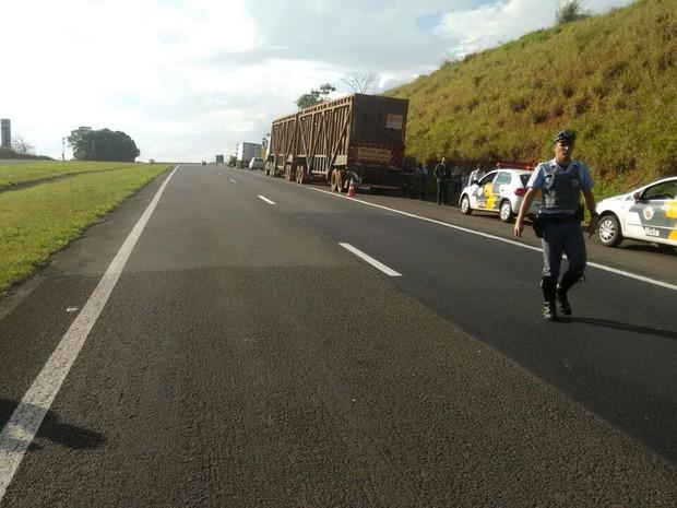 Motorista da caminhonete e da carreta nada sofreram, segundo a polícia (Foto: Polícia Rodoviária/Divulgação)