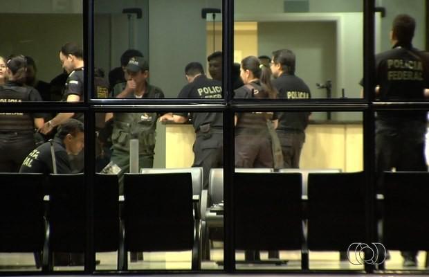 Policiais federais deflagram operação contra quadrilha suspeita de tráfico de drogas em Goiás (Foto: Reprodução/ TV Anhanguera)