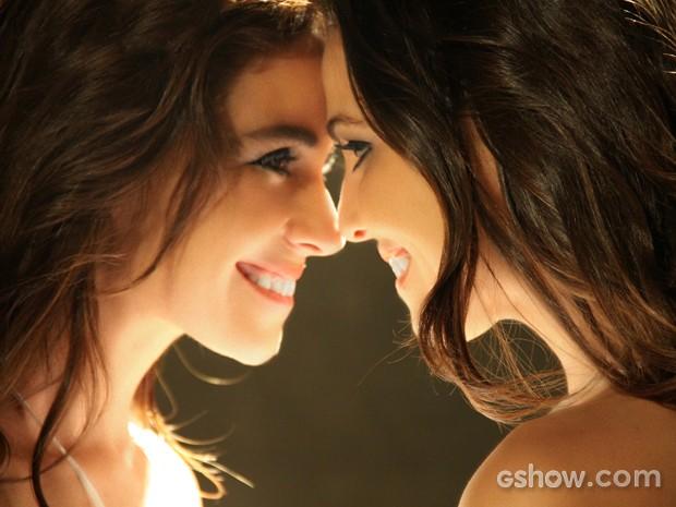 Clara e Marina comemoram relacionamento (Foto: Inês Lampreia/TV Globo)
