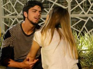 Fatinha arma e deixa Bruno só com água na boca  (Foto: Malhação / TV Globo)