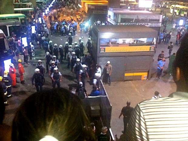 Policiais militares chegam à Rodoviária do Plano Piloto após um grupo de manifestantes atear fogo e depredar ônibus (Foto: Isabella Formiga/G1)