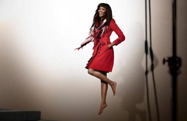 Naomi Campbell para Burebrry (Foto: Crédito Mario Testino / Burberry)
